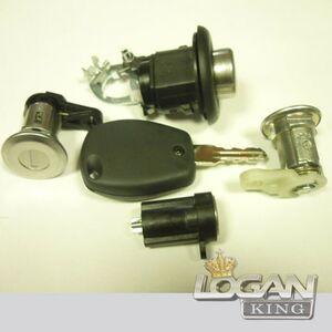 """Замок багажника с """"язычком"""", с двумя ключами и пластиковым кольцом Renault оригинал (Франция), аналог 7701367940, для Рено Логан / Сандеро"""